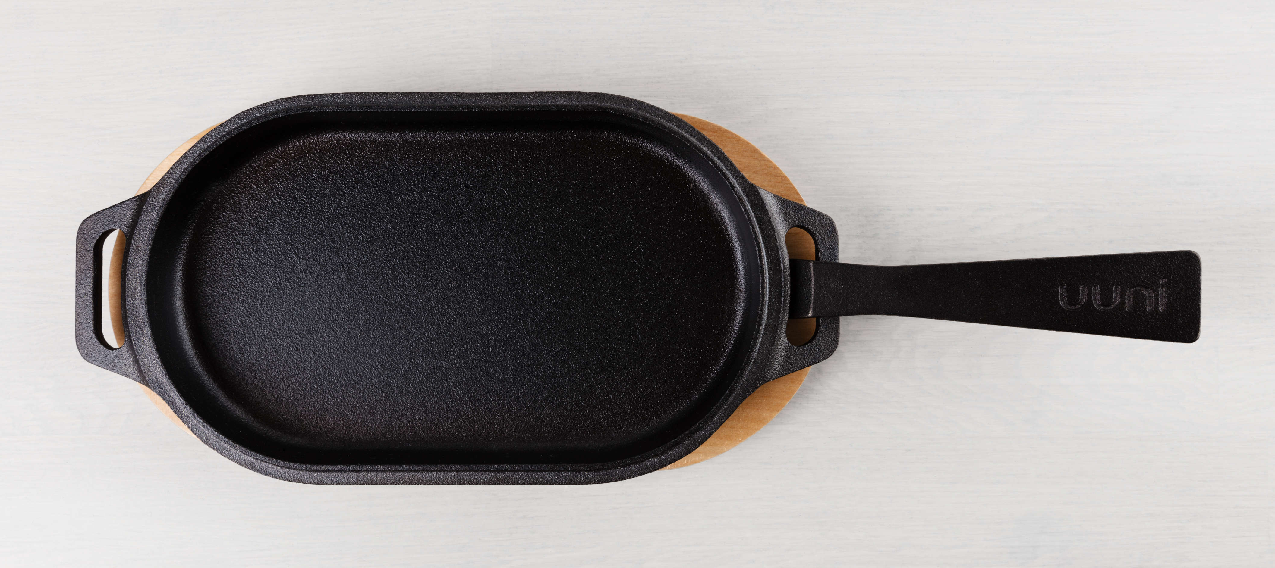 Image of the Uuni Cast Iron Series with the handle in place from the top